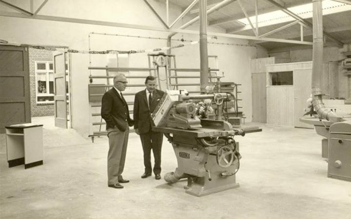 1963: Oprichter Lammert van Keulen (links) in de fabriek aan de Groen van Prinstererstraat